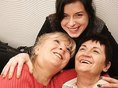 Team a few Mature Lesbians Acceptable A Hot Young Lesbian Babe - MatureNL