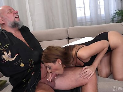 Bearded doyen baffle is treated on touching a nice blowjob by lovely Sarah Cute